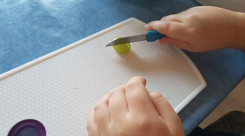 Trauben werden je nach Größe in 2 oder 3 Teile zerschnitten
