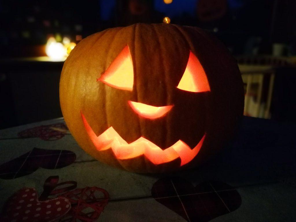 beleuchteter Halloween-Kürbis